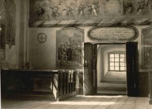 Fragment parapetu chóru muz.a takz e widoczne po obu stronach drzwi i na scianie pd.,1944r., fot.Wł.Graf