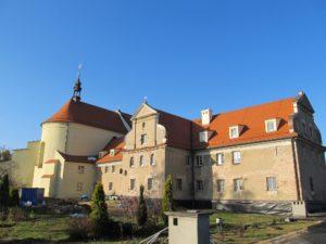 Klasztor - stan przed renowacją elewacji