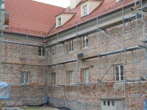 Prace nad elewacją klasztoru