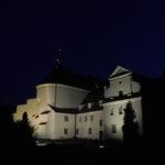 klasztor nocą (oświetlony)