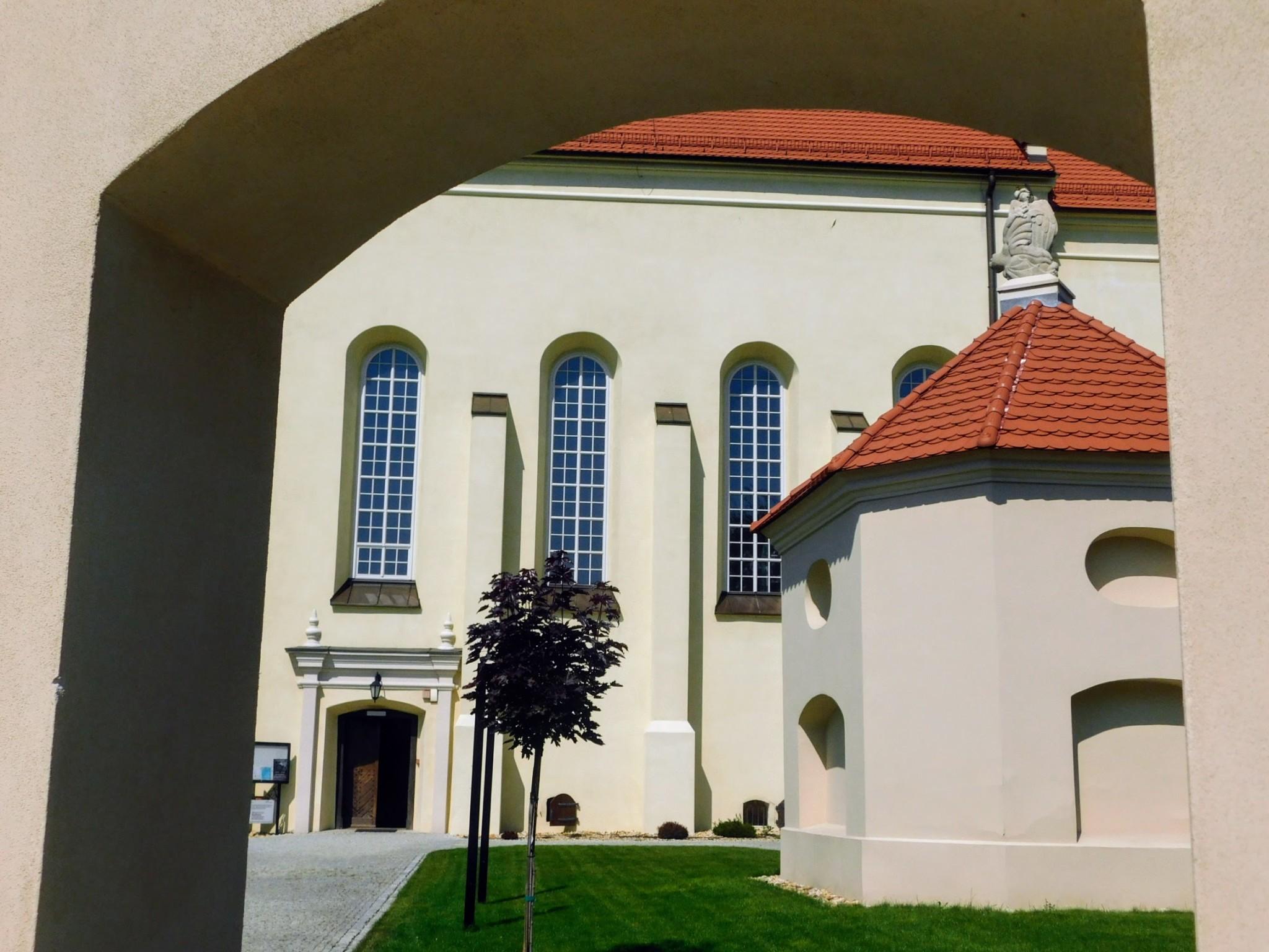 widok na kościół i kaplicę św. Judy Tadeusza z bramy dziedzińca