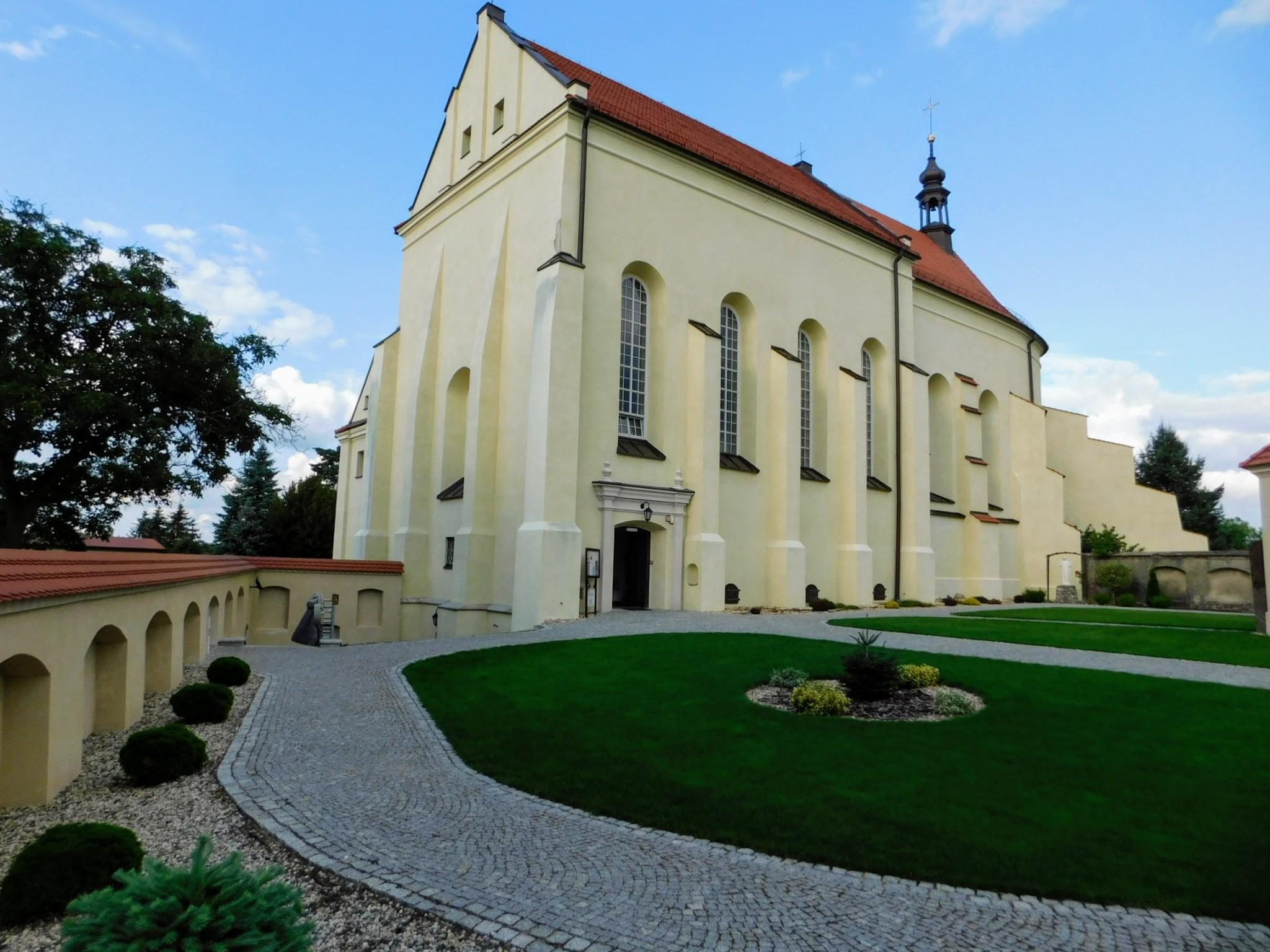 kościół i dziedziniec po remoncie