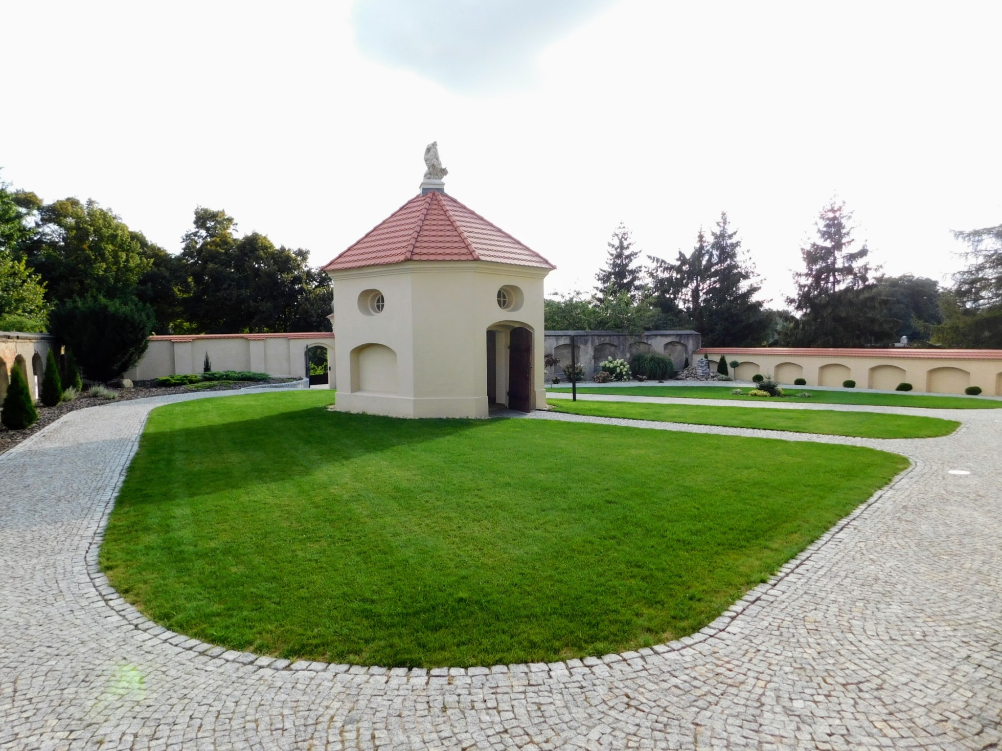 kaplica św. Judy Tadeusza na dziedzińcu